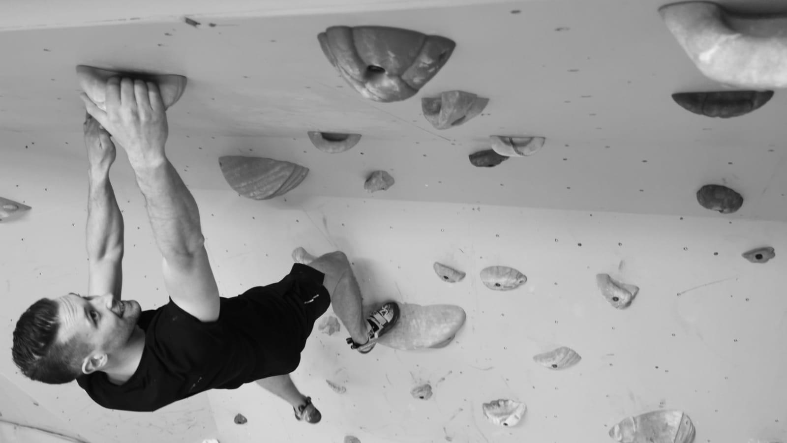 Man som klättrar.
